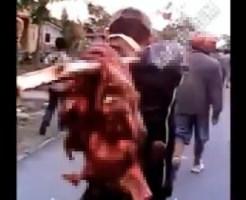 【閲覧注意:犯罪】切断された頭部を木棒に突き刺し通りを闊歩するインドネシアの村人達
