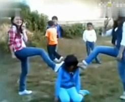 【クズ動画】10人余りで2人の同級生を集団暴行し、記念撮影を行う中国の女子中学生達