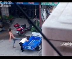 【閲覧注意】女性が夫に激しい暴行受ける。それを見ていた住民が…