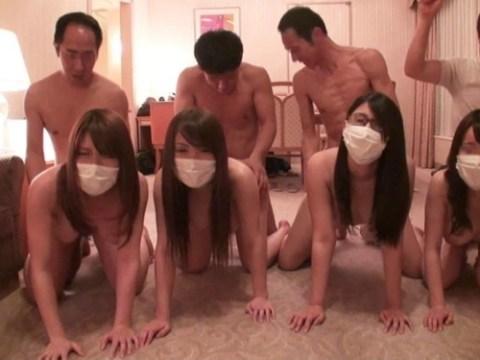 【画像】女を一列に並べて順番にマ●コを堪能していく超裏山プレイwwwwwwwwwwwwwww(25枚)
