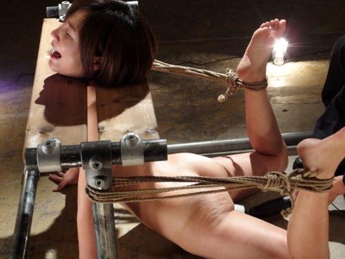 (脱臼不可避)女の体をエビ反り固定→矯正愛撫し続けた結果・・・(※写真あり)