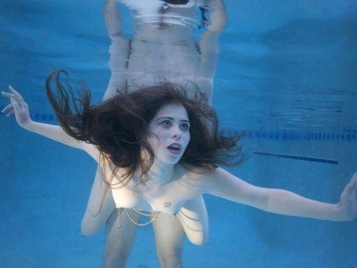 アダルト画像3次元 - 《画像あり》水中でSEX【本気勢】が命がけ杉ワロタ★★★★★★★★★★★★★★★★★★★★★