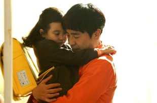 「為什麼這對父女的感情可以讓人哭光整盒面紙?」看完這 7 張圖才發現他們之間好有愛! – 《七號房的禮物》- 我們用電影寫日記