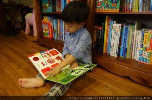 適合0-5歲的書單●Colours(play and learn)硬頁操作書●還有微笑伍奇吊掛布書