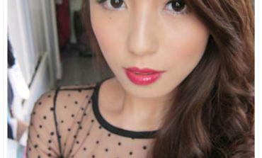 <彩妝>打造復古紅唇女伶妝。