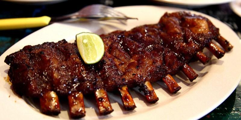 [峇里島]印式醬烤豬肋排!醬香肉嫩,好吃到舌頭都要吞下去~!Naughty Nuri's Warung(金巴蘭)