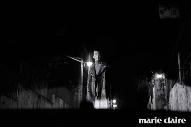 브라운 가죽 롱 코트 5백29만원, 그레이 와이드 팬츠 79만8천원 모두 김서룡 옴므(Kimseoryong Homme), 그레이 니트 터틀넥 가격 미정 발렌시아가(Balenciaga).