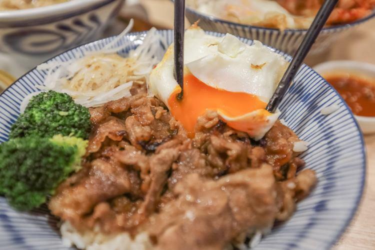 新竹巨城美食‧燒肉丼販x人之初膠原嫩骨麵 販賣機平價美食,飲料、湯品免費暢飲(菜單)