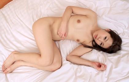 【ヌード画像】ベッドの上で美女が脱ぐ!惜しげもなく肌をさらす姿に感動(34枚) 01