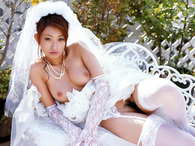 【ヌード画像】純白のウェディングドレスが乱れておっぱいや性器が丸出しにw(30枚) 16