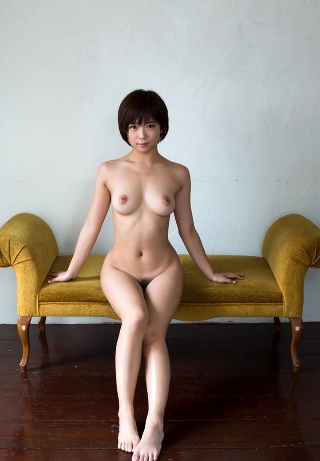 【ヌード画像】裸で椅子に座った美女が妙にそそるw(30枚) 04