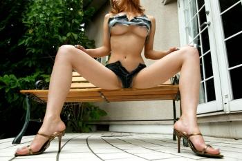 【ヌード画像】裸で椅子に座った美女が妙にそそるw(30枚) 12