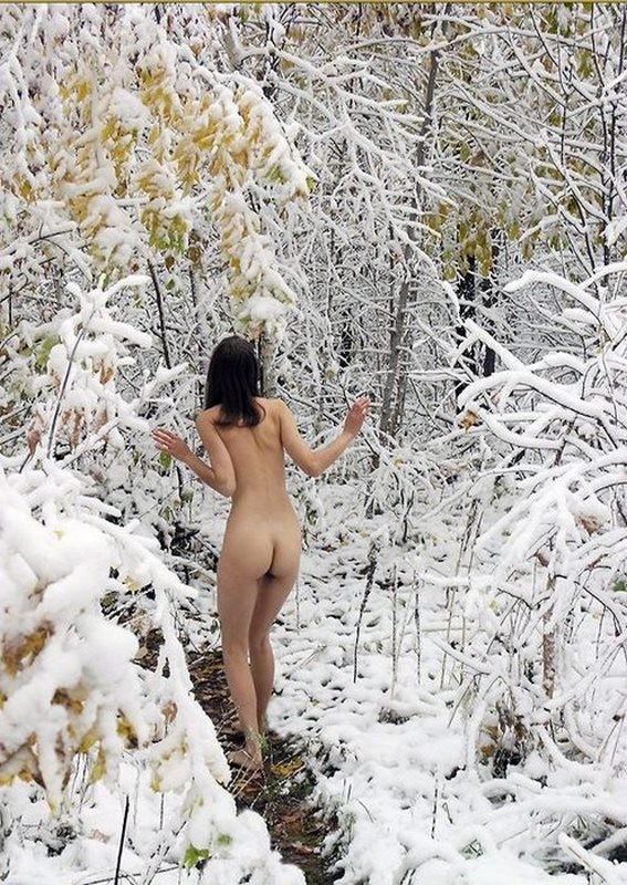 【ヌード画像】雪の上で素肌をさらす露出美女w(30枚) 16