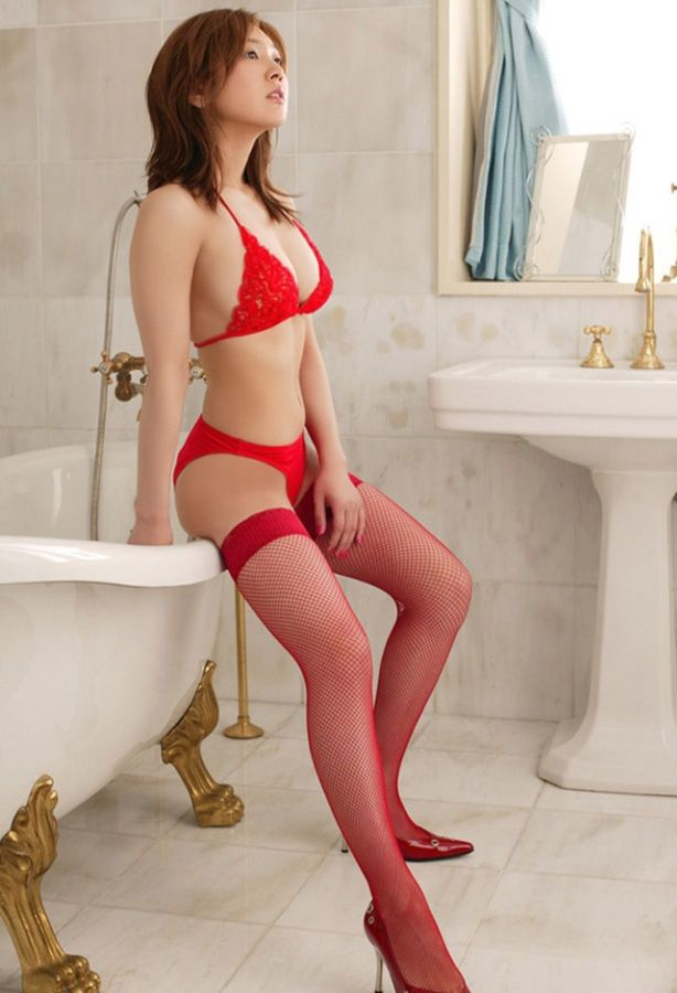 【ヌード画像】美女の赤い下着姿が情熱的すぎw(33枚) 02