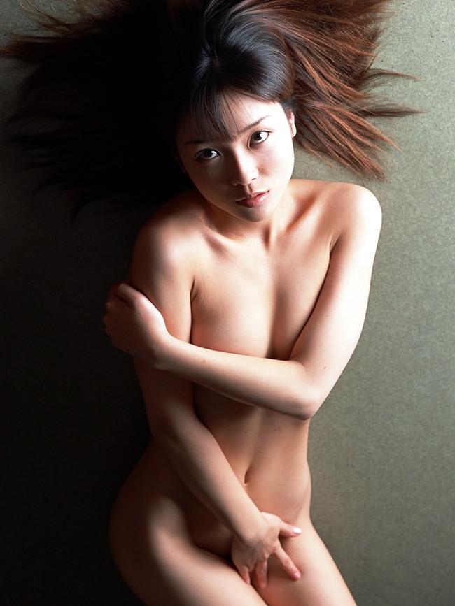 【ヌード画像】エロいヌードは恥じらいがあってナンボ!手で隠してチラ見せしたりはにかんだりと超エロい画像集(50枚) 50