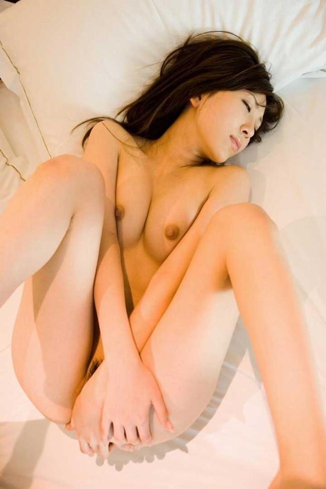 【ヌード画像】エロいヌードは恥じらいがあってナンボ!手で隠してチラ見せしたりはにかんだりと超エロい画像集(50枚) 25