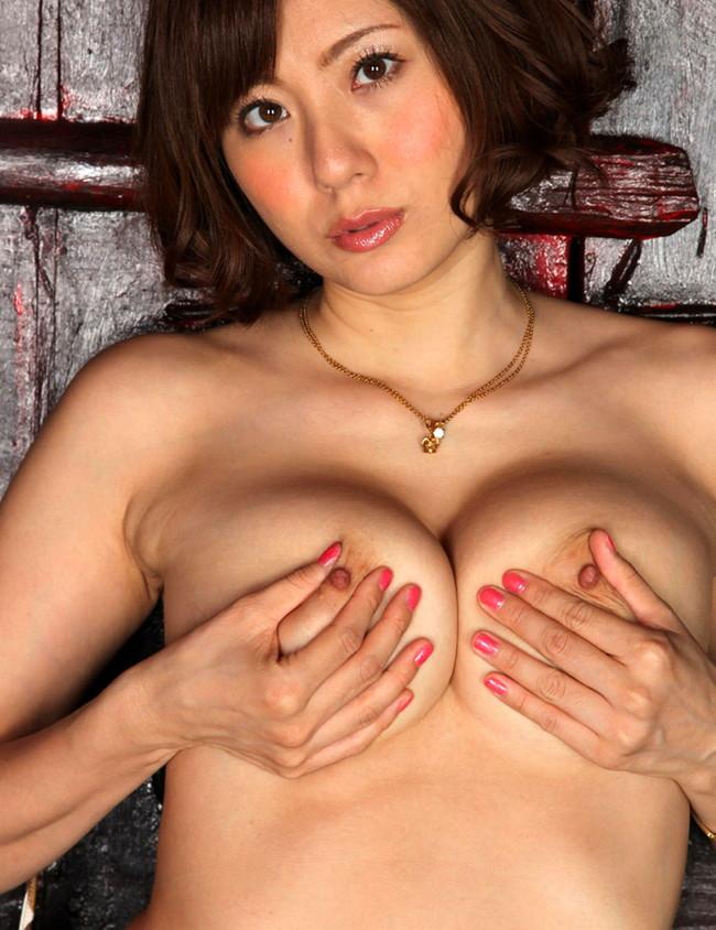 【ヌード画像】自分でおっぱい揉みしだいている女性って誘いまくっててエロくないですか?そんな画像をご堪能ください(50枚) 36