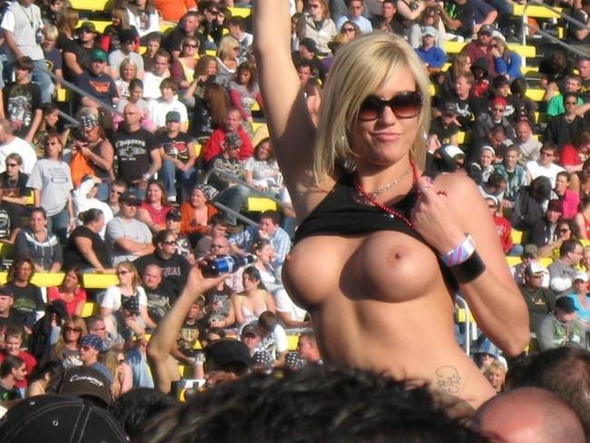 【ヌード画像】海外音楽フェスで極まって脱いじゃってる女の子の画像集!どさくさに紛れて揉めないですかねw(50枚) 13