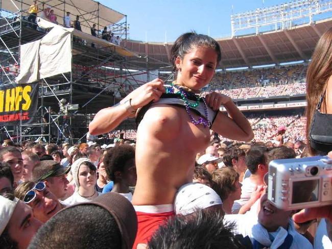 【ヌード画像】海外音楽フェスで極まって脱いじゃってる女の子の画像集!どさくさに紛れて揉めないですかねw(50枚) 15