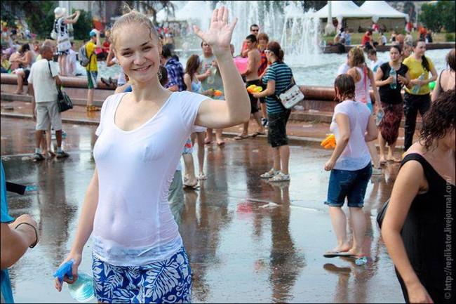 【ヌード画像】濡れて透ける服のナンバーワンはTシャツであると信じて疑わない僕が集めたTシャツ透けエロ画像集です!(50枚) 11