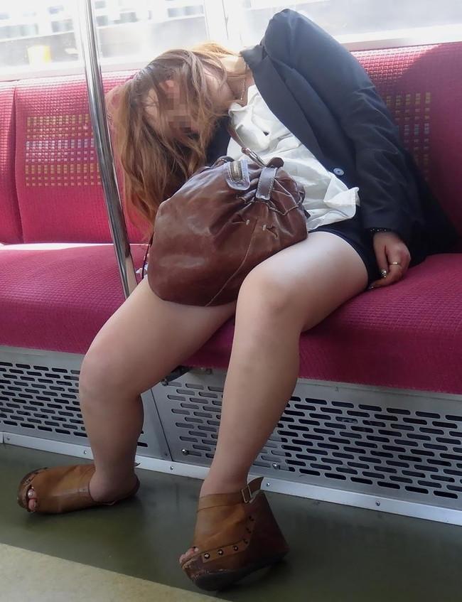 【ヌード画像】泥酔女の露出はリアルすぎてエロすぎる!アルコールのチカラを改めて感じる泥酔女性のエロ画像集!(50枚) 35