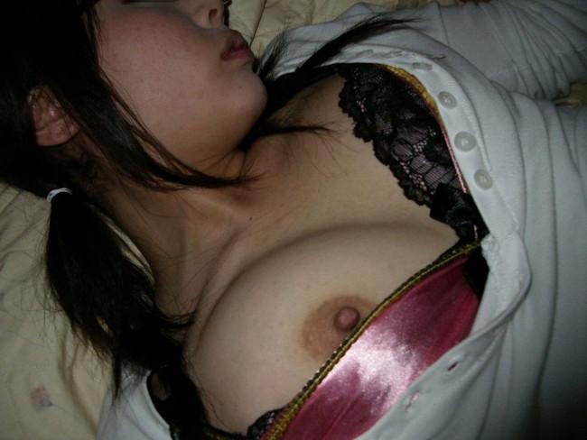【ヌード画像】泥酔女の露出はリアルすぎてエロすぎる!アルコールのチカラを改めて感じる泥酔女性のエロ画像集!(50枚) 45
