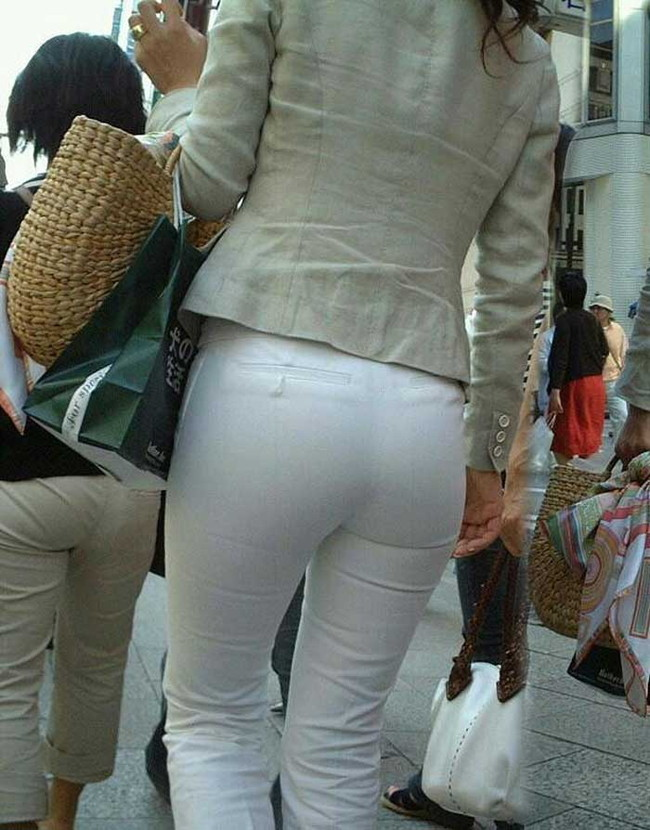 【ヌード画像】パッツパツのパンツだかレギンスだかを履いて街を普通に歩いてるオンナって死ぬほどエロいのに気付かないの?的画像集(50枚) 13