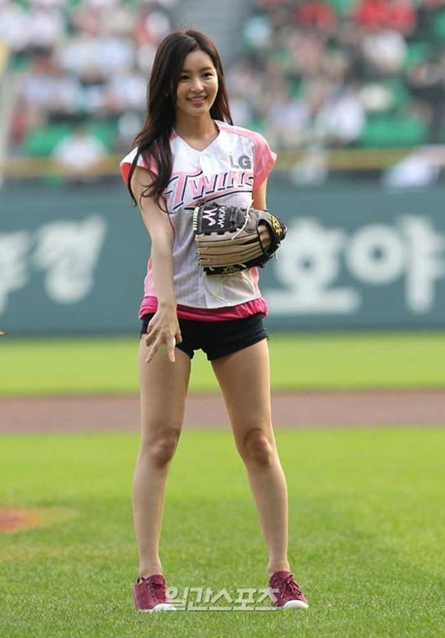 【ヌード画像】女の子が野球のユニフォーム着ると想像以上にエロくなるという事を女性自身はまだ知らないのだろうか?野球ユニのセクシー画像(50枚) 41