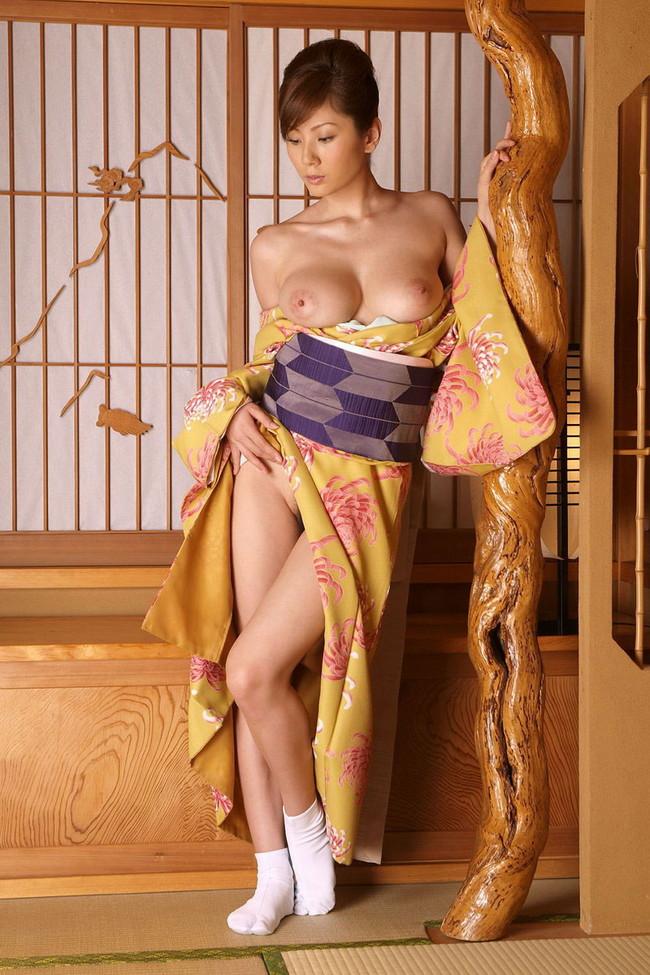 【ヌード画像】浴衣とか着物とかの和服がはだけてエロい瞬間が通常の5割増しでエロい件!はんなりエロい和服ヌード画像集(50枚) 28