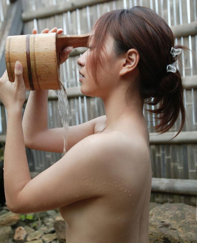 【ヌード画像】シャワーやお風呂で湿った女性の裸体がエロすぎる(30枚) 07