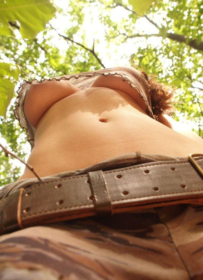 【ヌード画像】ローアングルから撮影した下乳が新鮮なエロさ(34枚) 32