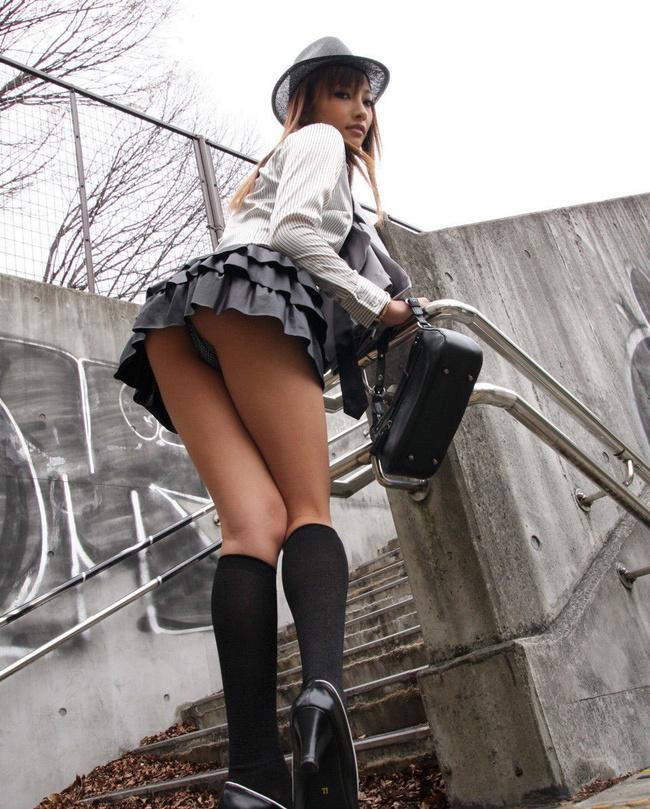 【ヌード画像】前屈み+ローアングルによるパンチラ・美尻・太もも(30枚) 10