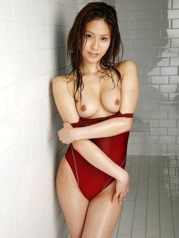 【ヌード画像】スク水や競泳水着をズラして見せるおっぱい(34枚) 29