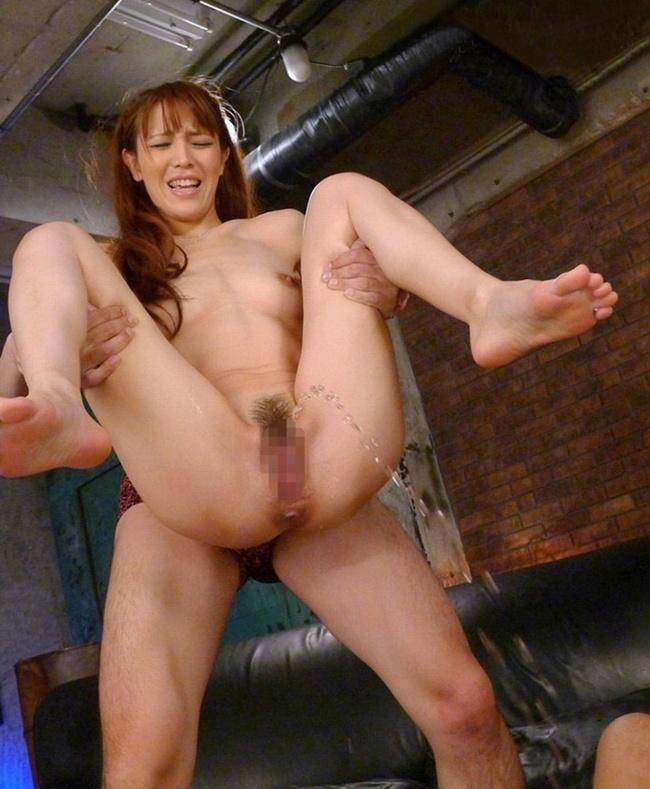 【ヌード画像】全裸でトイレ以外の場所に放尿する女の子(31枚) 03