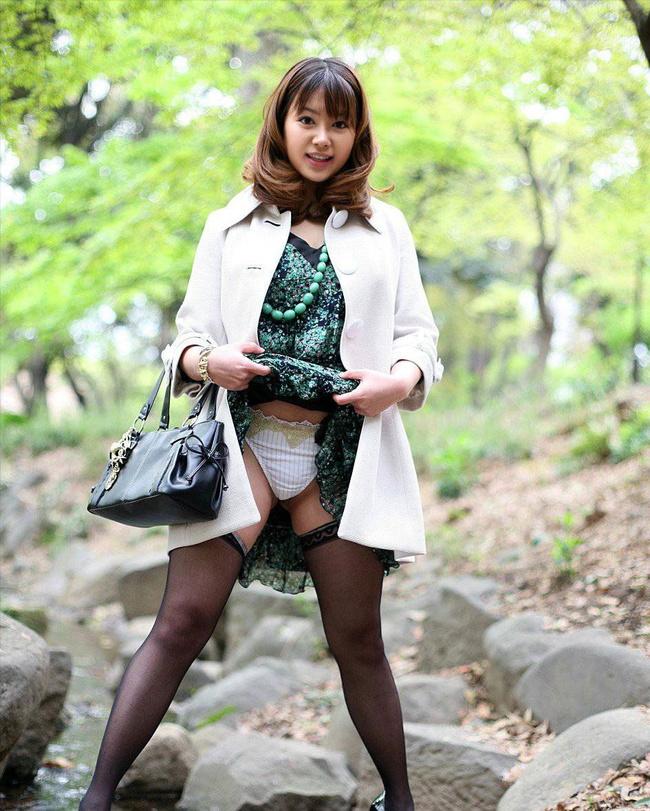【ヌード画像】スカート捲ってくれているありがたい女の子(32枚) 21