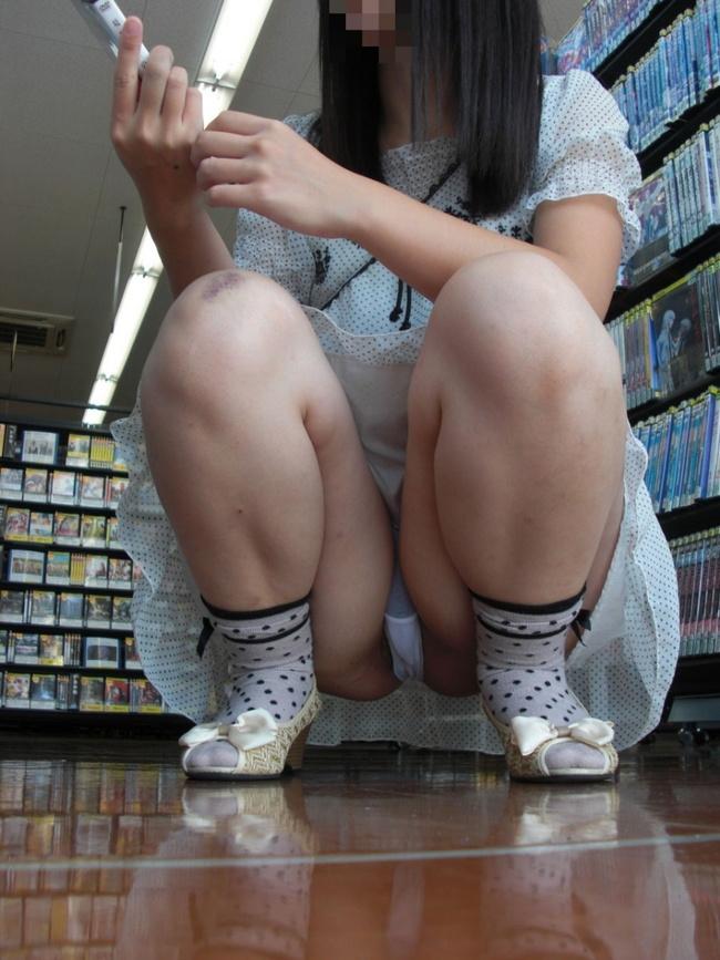 【ヌード画像】スカートで座って膝を上げるとパンモロする(31枚) 18