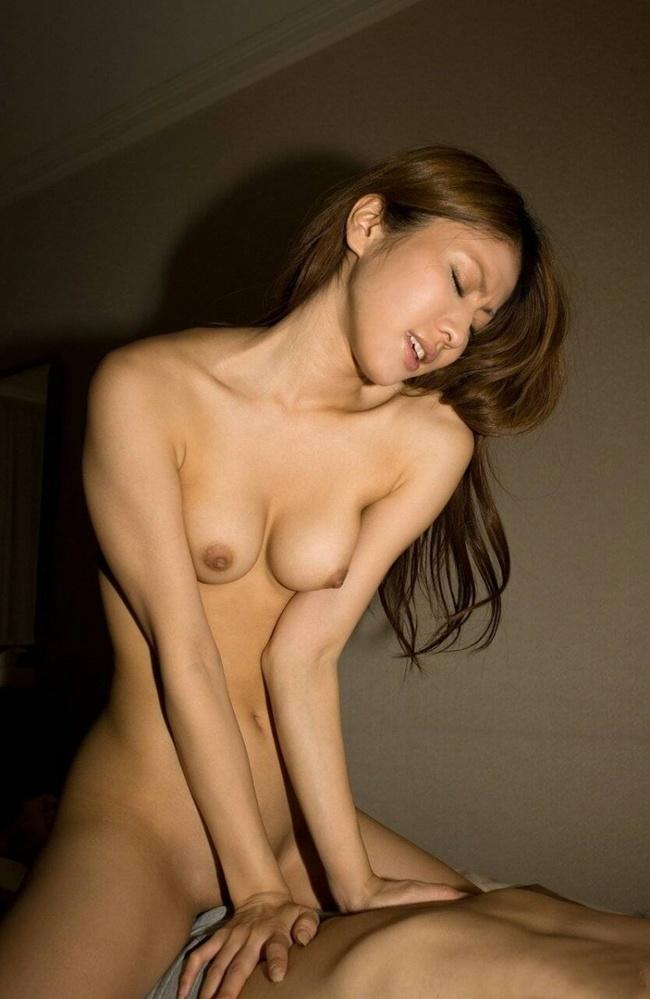 【ヌード画像】下乳フルヌードと喘ぐ女性を同時に楽しめる騎乗位(30枚) 23