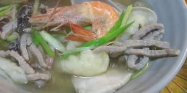 台北中山。村子口。魂牽夢縈的海鮮肉絲湯頭配上酥炸軟殼蟹。201506更新