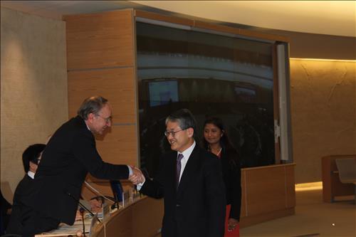 議長選出を受けて笑顔で握手をする崔大使(右)=(聯合ニュース)