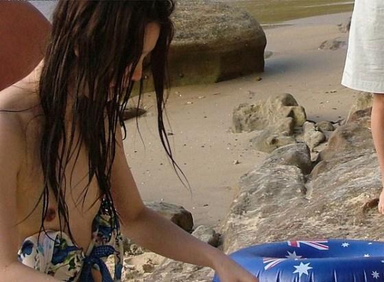 【エロ画像】女性が水着を着て起こすハプニングはなぜエロいのかを知りたくて探した結果を集めてみました 01