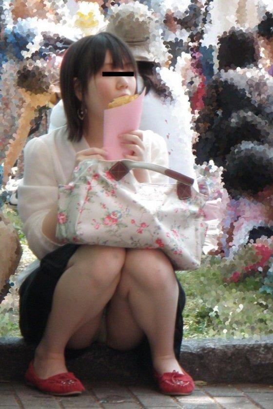 【パンチラエロ画像】女の子達がミニスカートの時に座っていると起こってしまうハプニング画像を集めてみました 04
