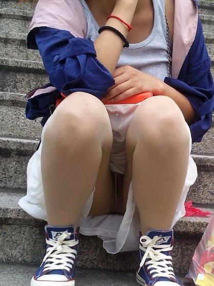 【パンチラエロ画像】女の子達がミニスカートの時に座っていると起こってしまうハプニング画像を集めてみました 07