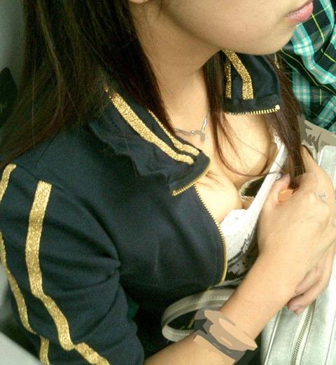 【エロ画像】たくさんのおっぱいポロリ&胸ちら画像を集めてみましたww 01