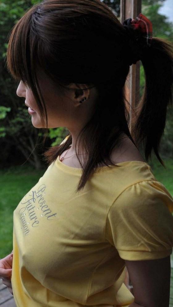 【乳首画像】女の子達がこの暑い夏を乗り切るために薄着と言う対処法を取った結果ww 14