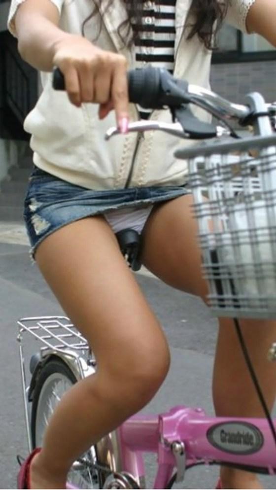 【パンチラ画像】女の子達が自転車を乗る時にミニスカートだとハプニングの嵐ですww 18