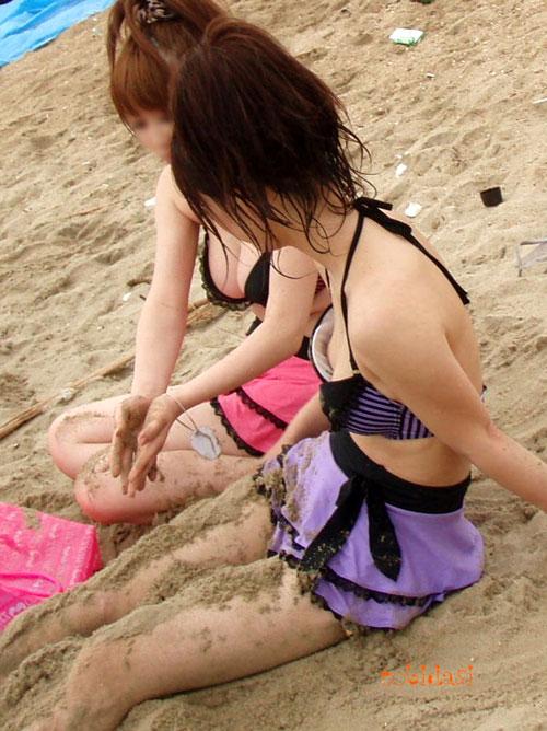 【ポロリ画像】ビーチでビーチク晒してるレディー達とお毛毛がでちゃってるレディーw
