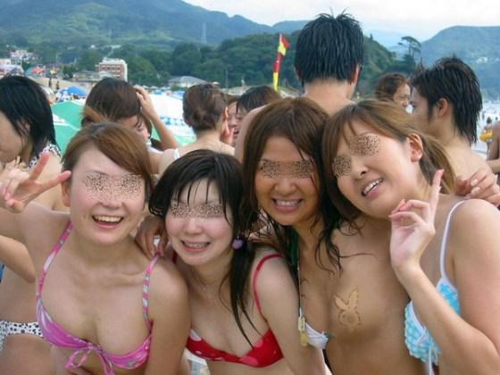 【ポロリ画像】ビーチでビーチク晒してるレディー達とお毛毛がでちゃってるレディーw 12