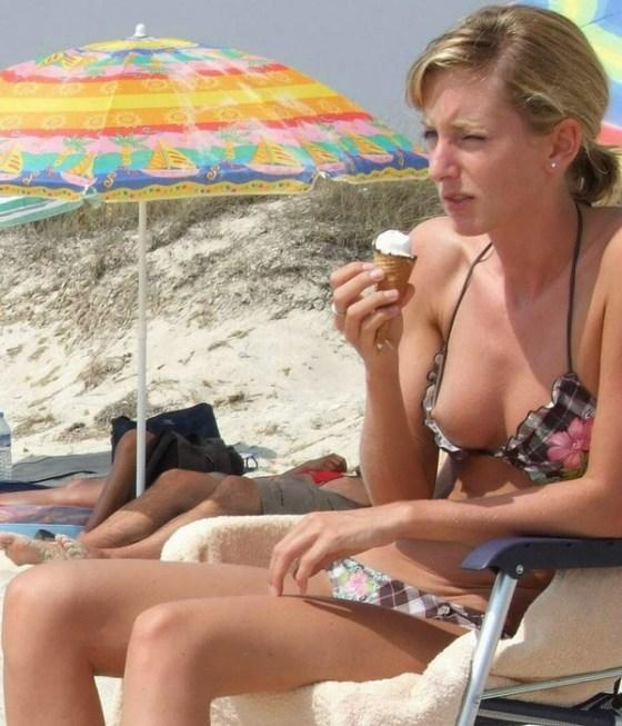 【ポロリ画像】ビーチでビーチク晒してるレディー達とお毛毛がでちゃってるレディーw 18