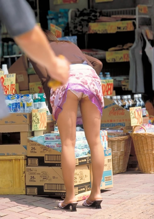 【ハプニング画像】待ちわびた瞬間が遂に来た時、スカートの中身が露わとなるw 11
