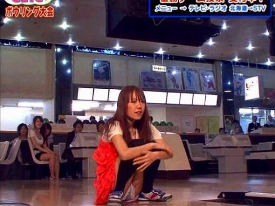 【放送事故画像】お姉ちゃんパンツ見えてる~wテレビにはっきり映ったパンチラ画像! 16